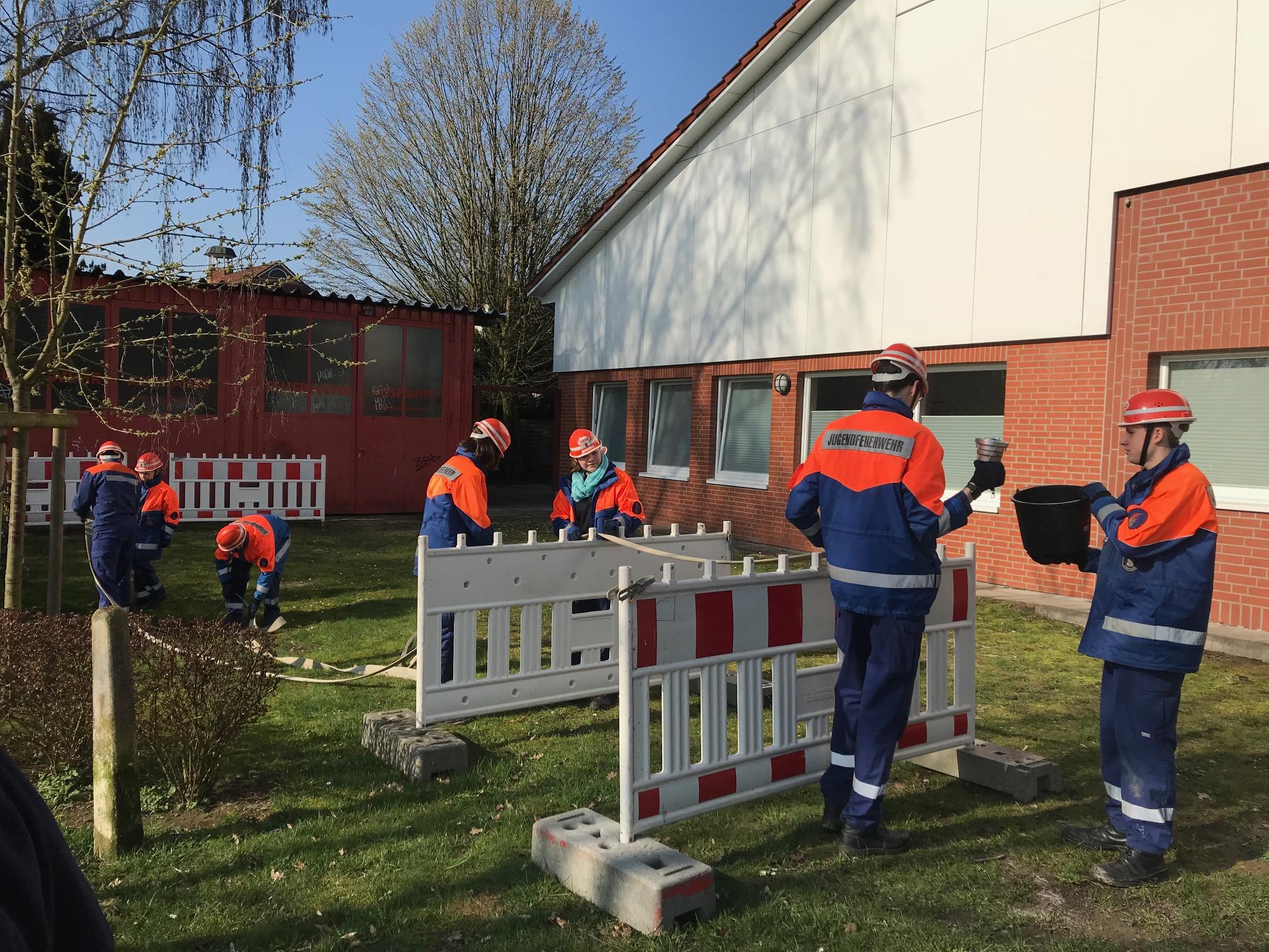 Geschicklichkeits- und Teamübung in Duvenstedt.