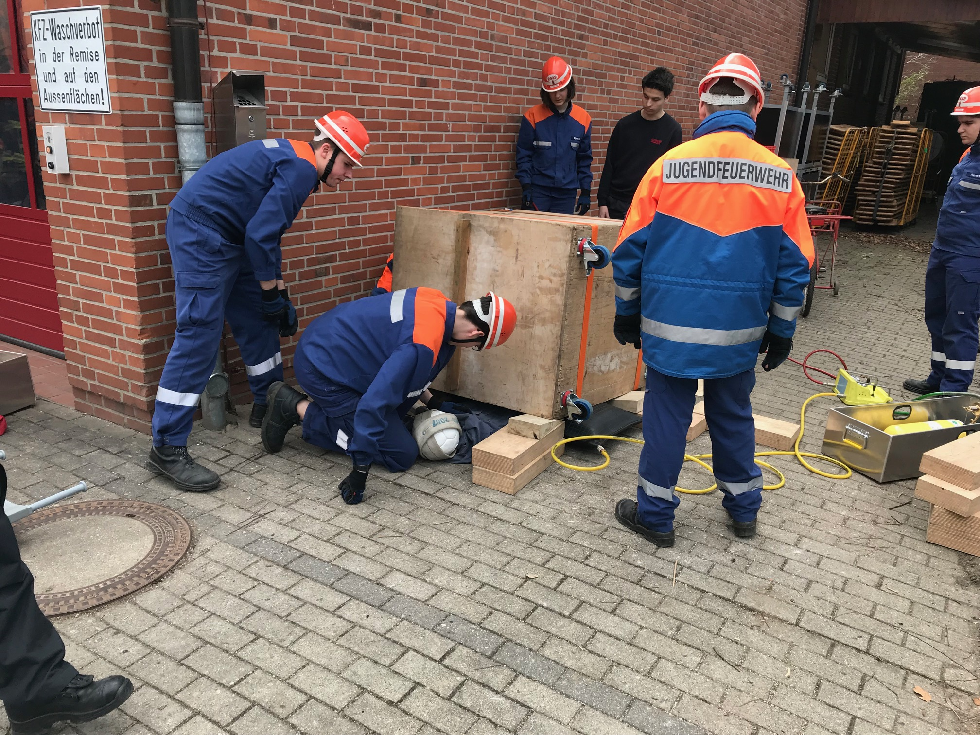 Rettung einer eingeklemmten Person in Volksdorf.