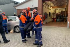 Der Patient wird mit dem Rettungsbrett aus dem Fahrzeug gerettet