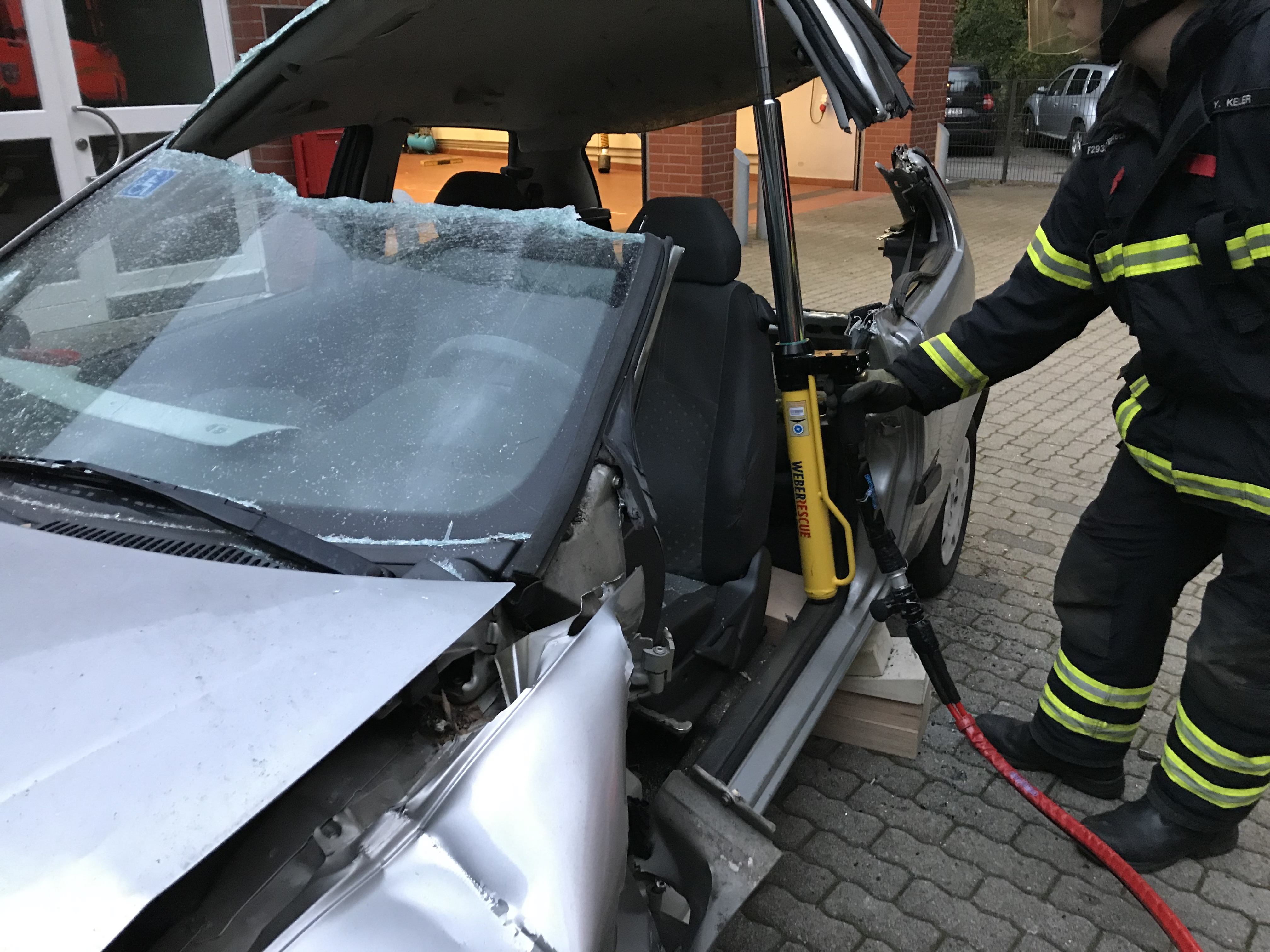 Das Fahrzeugdach wird durch einen Hydraulikzylinder angehoben