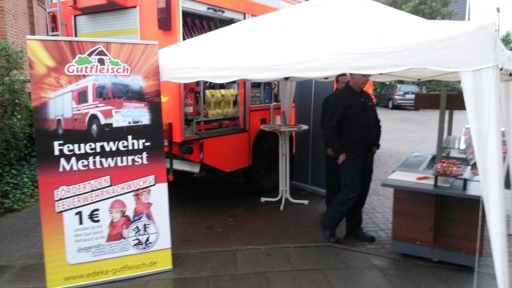 Von jeder verkauften Feuerwehr-Mettwurst geht 1 EUR an die Jugendfeuerwehr Hamburg.